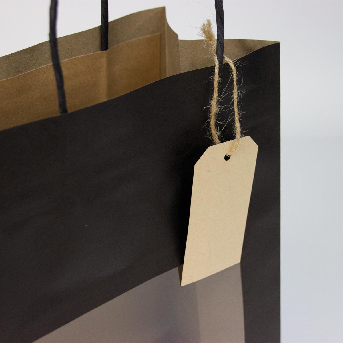 Twisted papieren cadeautasjes met venster en hangtag