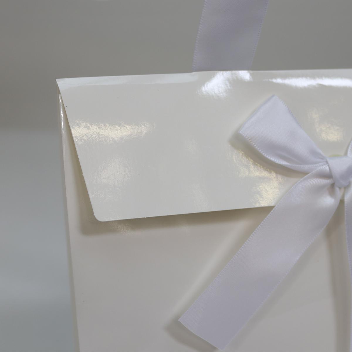 Papieren cadeautasjes met strik