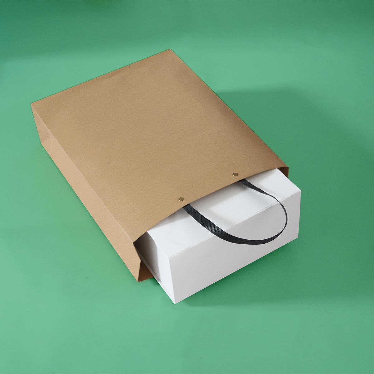 Luxe ecologische papieren tassen met zwarte kraft hengsels