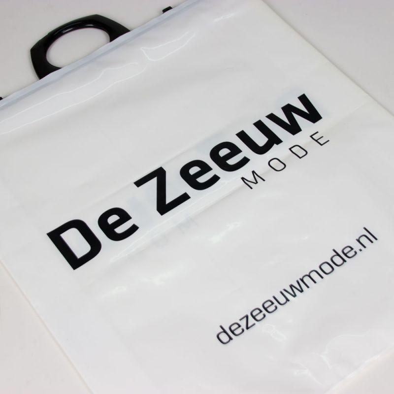 plasticbeugeltas-plasticbagswithbrackethandle-Dezeeuw-1